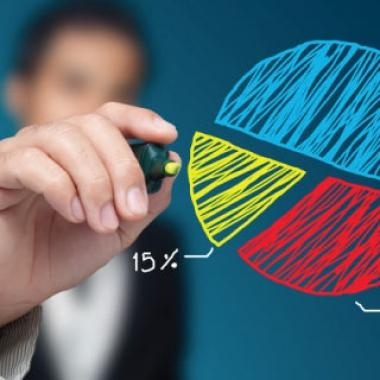Üzletember kördiagrammot rajzol a képernyőre