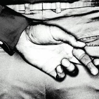 Hátra tett kéz keresztbe zárt mutató és középső ujj a hazugság jeléül