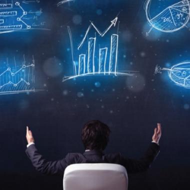 growth hacking technikák ábrázolása egy digitális tábla előtt